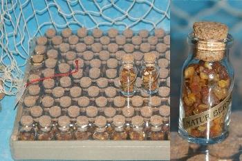 Kleine Glasflasche mit Bernstein gefüllt ca.4,5x2cm