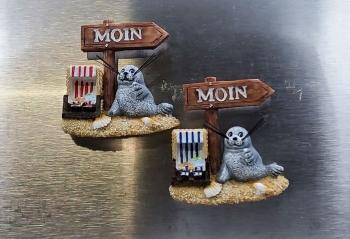 Magnet Seehund mit Schild Moin ca.6x6cm